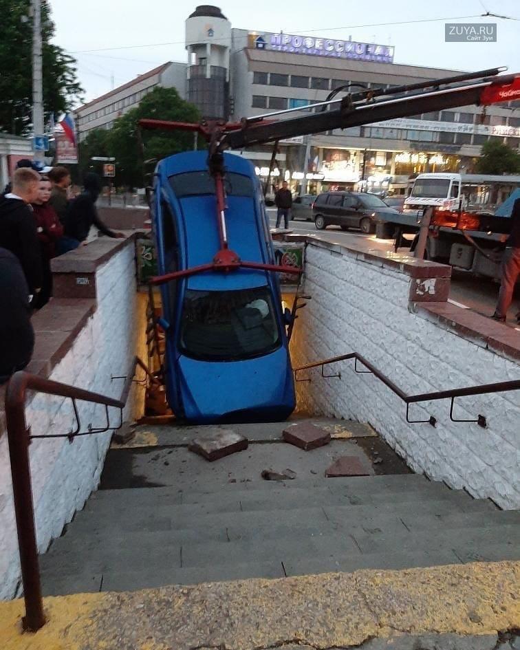 Машина в подземном переходе на пл. Советской в Симферополе