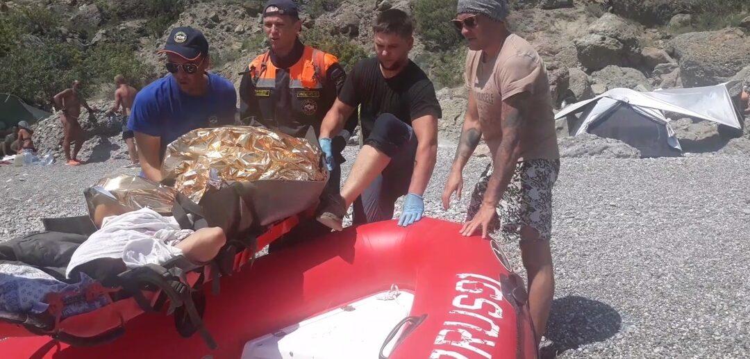 Спасатели спустили тело к подножию горы Сокол с помощь оборудованной переправы и носилок. Фото: пресс-служба МЧС по РК