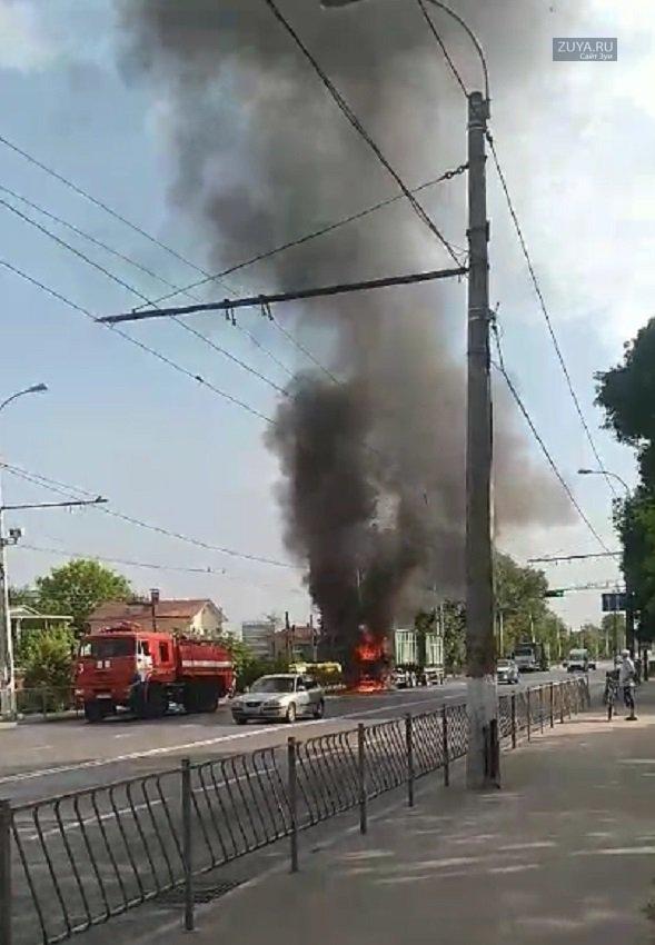 Загорелся грузовой автомобиль в Симферополе фото